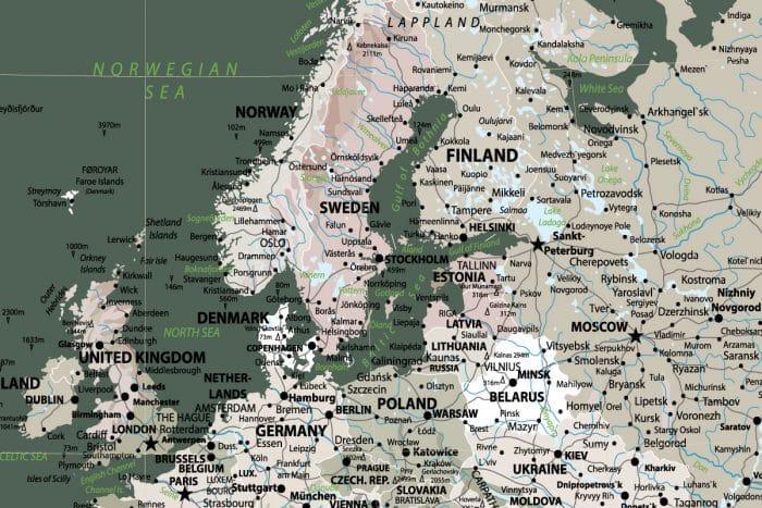 Tamsiai žalias kelionių žemėlapis ant drobės su smeigtukais