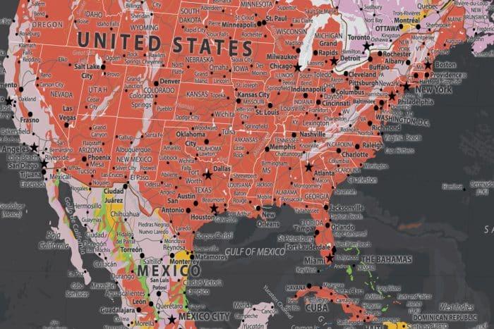 Kelionių žemėlapis ant drobės su smeigtukais tamsus