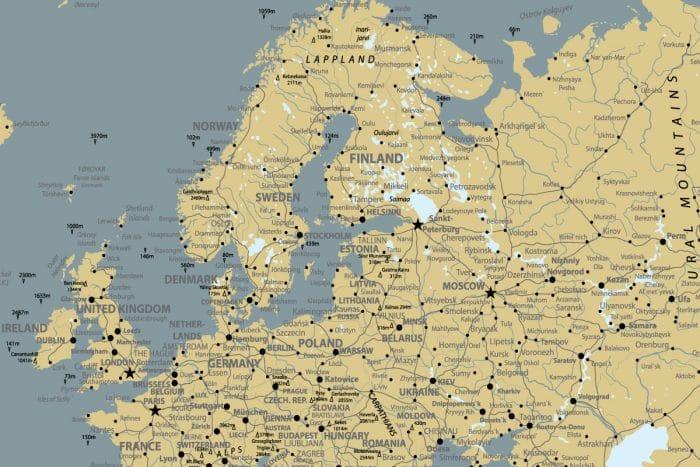 Skandinaviško stiliaus kelionių žemėlapis ant drobės su smeigtukais